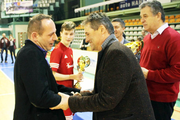 Ceny odovzdávali Pavol Šlosár zo spoločnosti PP Invest, primátor Jozef Dvonč a tréner A-mužstva FC Nitra Ivan Galád. Zľava tréner Nevidzian Peter Drahoš a kapitán Richard Koprda.