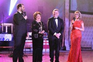 Ples otvorila Jiřina Bohdalová, vedľa ktorej stoja moderátori Junior aJanka Hospodárová aprimátor Viliam Zahorčák.