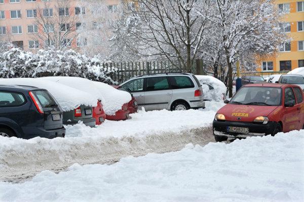 Snehovú nádielku sa z parkovísk zatiaľ nepodarilo uspokojivo odstrániť. Firma EEI čelí kritike.