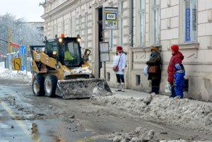 Bačíkova ulica. Autobusové zastávky má v kompetencii Kosit, takto dočisťoval na Námestí maratónu mieru.