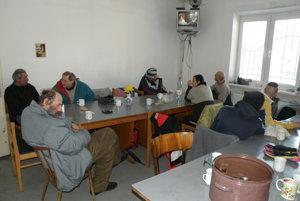 Bezdomovci môžu v prievidzskej charite počas mrazivých dní sedieť v teple a sledovať televíziu.