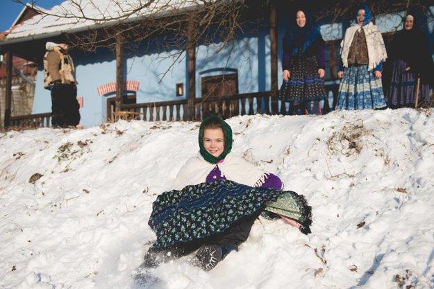 Fotografie zimných radovánok použije autorka myšlienky do svojej knihy o čilejkárskych tradíciách.