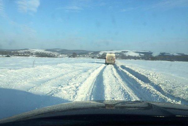 Cesta Krásna – K. Polianka. Autá uviazli, cestu uzavreli, nafúkalo tam vyše 20 cm snehu.