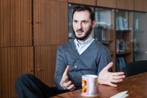 Erik Láštic pôsobí na katedre politológie Filozofickej fakulty Univerzity Komenského v Bratislave.