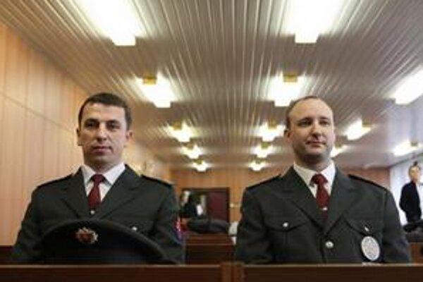 Policajti Ľubomír Bielik a Peter Petrovský, ktorí z dymiaceho auta vytiahli muža a zachránili mu život.