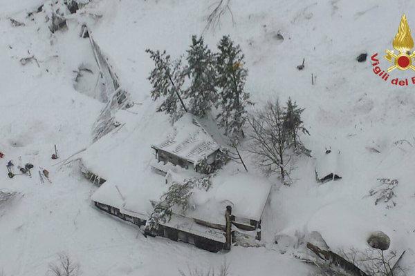 Letecký pohľad na lavínou zasypaný hotel Rigopiano.