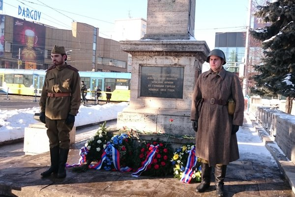 Čestnú stráž pri pamätníku počas pietnej akcie držali členovia klubu vojenskej histórie z Košíc v replikách dobových uniforiem. Mnohí ľudia využili príležitosť a odfotili sa s nimi na pamiatku.