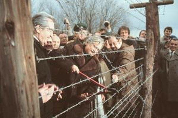 Ministri zahraničných vecí ČSSR a Rakúska Jiří Dienstbier a Alois Mock (vľavo) 17. decembra 1989 prestrihli ostnaté drôty na hranici.