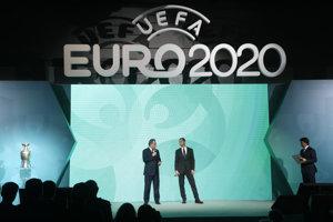 Na snímke vľavo ruský vicepremiér zodpovedný za šport, turizmus a mládežnícku politiku a prezident Ruského fotbalového svazu Vitalij Mutko a vpravo prezident Európskej futbalovej únie (UEFA) Aleksander Čeferin počas krstu loga futbalových ME 2020 v Petrohrade.