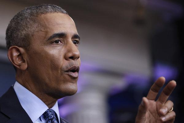 Dosluhujúci americký prezident Barack Obama.
