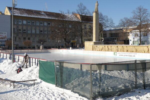 ľadová plocha v centre Prievidze bola tentoraz otočená inak, ako po minulé roky.