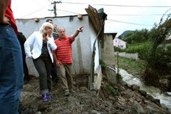 Premiérka Iveta Radičová vyrazila do zaplavenej Handlovej v gumákoch z dovolenky. Na vodu chce splnomocnenca.