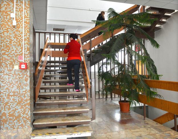 Po schodoch, po schodoch... Môžu si zaspievať legendárny song Richarda Müllera.