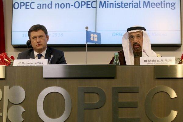 Ruský minister energetiky Alexander Novak a minister ropného priemyslu Saudskej Arábie Chálid al-Fálih.
