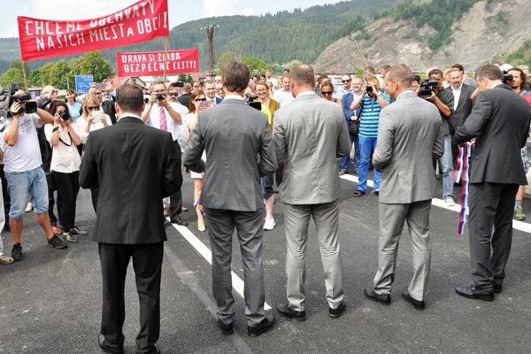 Oravci dali pri otvorení mosta v Podbieli transparentmi najavo svoju nespokojnosť so zastavením výstavby R3.