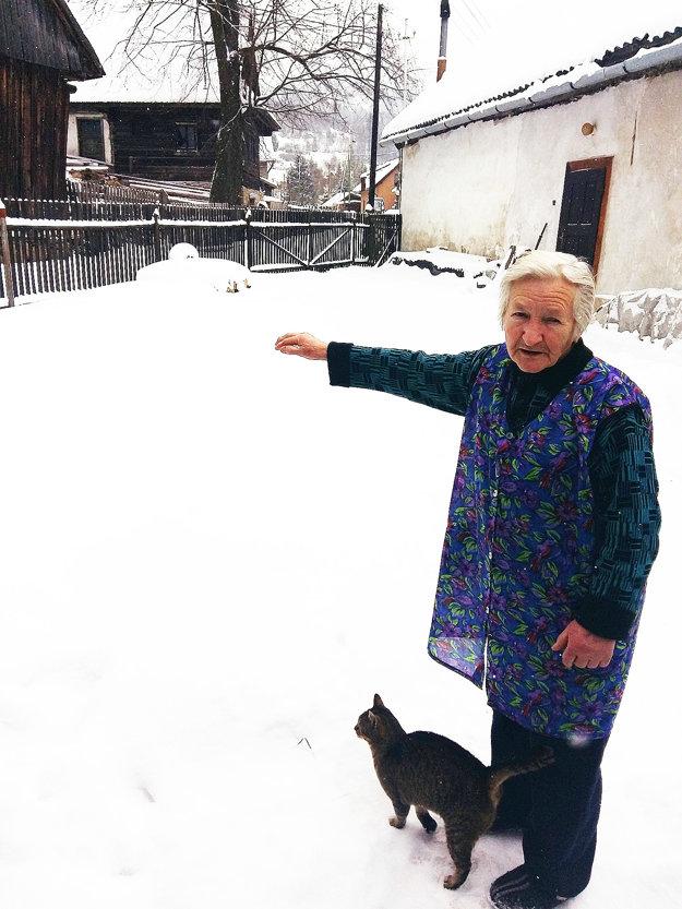 Žofia Pašerbová ukazuje, kde stála dočasná brána pri natáčaní filmu Zlaté časy.