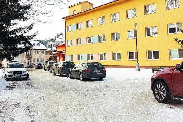 V areáli nemocnice je miesto až pre 150 áut.
