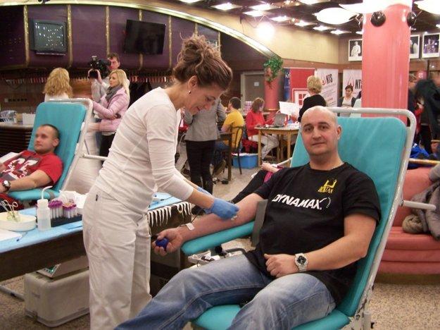 Stanislav Glemba z Liptovského Mikuláša a Kamila Hýllová z Národnej transfúznej služby Martin pri odbere krvi.