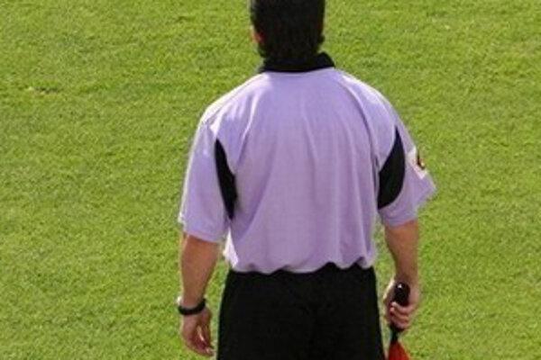 Rozhodcovia majú na trávniku dohliadať na dodržiavanie futbalových pravidiel.