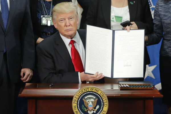 Trump podpísal výnos o výstavbe múru na hranici s Mexikom.