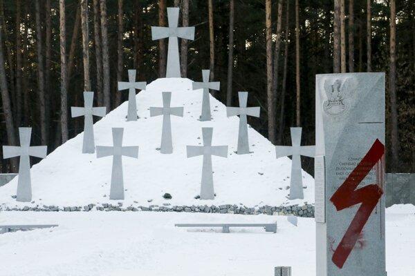 Nacistický symbol na pamätnom cintoríne.