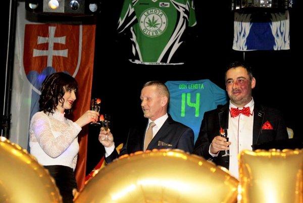 Šampanským otvorili ples v Lehote Alena Jančoková z Oblastného futbalového zväzu v Nitre a za lehotský klub jeho šéfovia Pavol Mesároš a Peter Zabák.