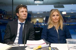 Nórska bežkyňa na lyžiach Therese Johaugová a jej právnik Christian B. Hjort.
