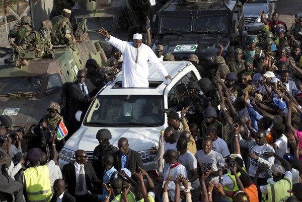 Nového prezidenta Gambie po príchode do vlasti vítal veľký zástup ľudí.