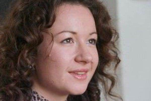 Narodila sa v roku 1983 v Bratislave. Absolvovala štúdium na Právnickej fakulte univerzity Komenského v Bratislave, kde ďalej pokračovala v rámci programu Cambridge diploma in an introduction to English and European union law, ktorý ukončila v roku 2010.
