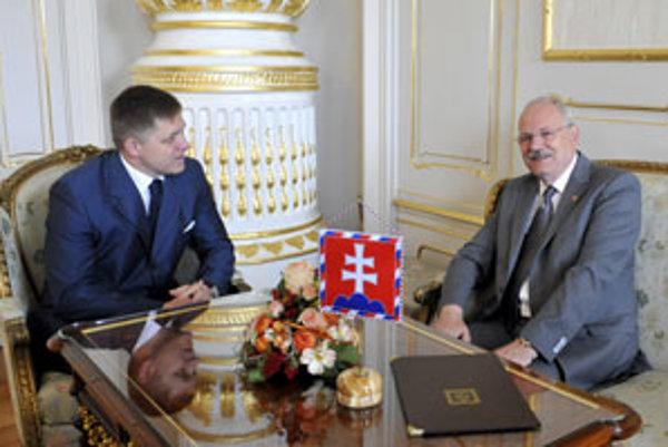 Prezident Ivan Gašparovič (na snímke vpravo) prijal predsedu vlády SR a predsedu politickej strany Smer-SD Roberta Fica v bratislavskom Prezidentskom paláci.