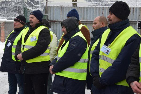 Členovia dobrovoľníckych hliadok v trebišovskej rómskej osade.