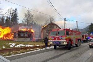 Požiar dreveníc na Hutách pomáhali hasiť liptovskí aj oravskí hasiči.