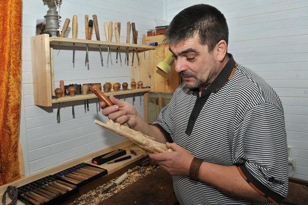 Umelecký rezbár Jozef Rakovan pri tvorbe.