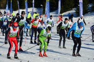 Účastníci počas hromadného štartu pretekov na 30 km klasickým spôsobom na 44. ročníku medzinárodných pretekov Biela stopa v stredisku Skalka pri Kremnici.