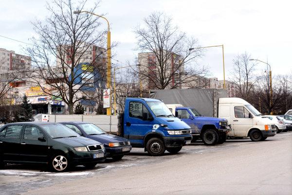 Problémové parkovanie. Medzi priority v rozpočte zahrnuli poslanci aj riešenia statickej dopravy.