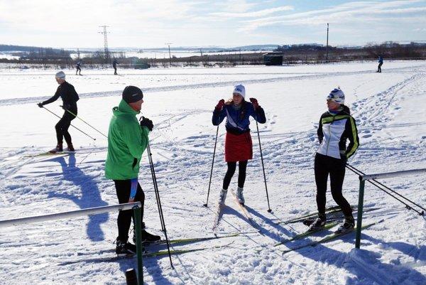 Milovníci pohybu na bežkách majú možnosť trénovať na futbalovom ihrisku v Nitrianskych Hrnčiarovciach.