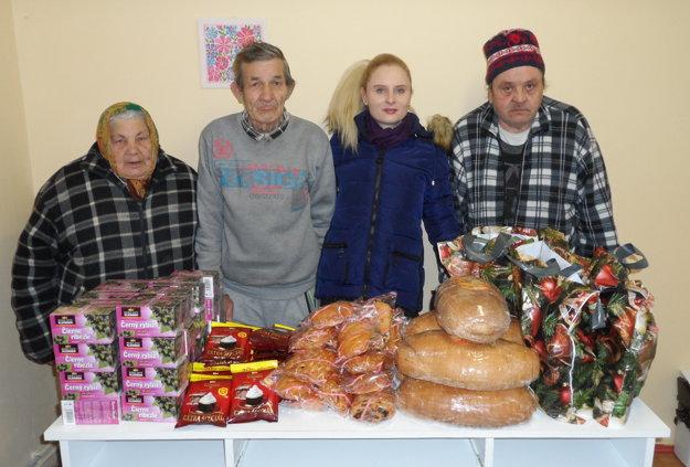 Obyvatelia útulku so sociálnou pracovníčkou Vierou Kulíškovou.