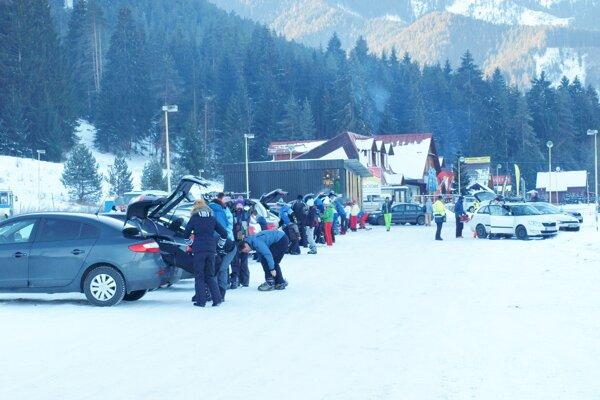 Parkovisko pred vstupom do Demänovskej doliny.