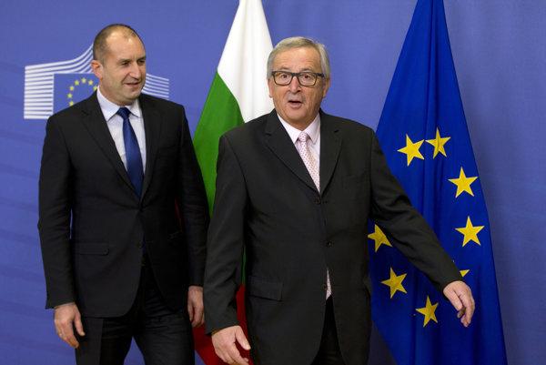 Na snímke vľavo nový bulharský prezident Rumen Radev a predseda Európskej komisie (EK) Jean-Claude Juncker.
