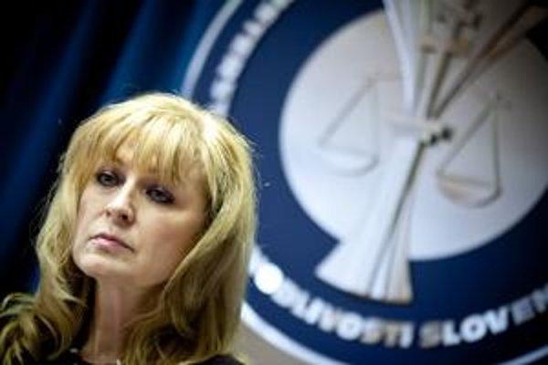 Žalobu pre údajnú diskrimináciu podala aj ministerka spravodlivosti za HZDS Viera Petríková. O mimosúdnom vyriešení problému hovorila neoficiálne aj s premiérom.