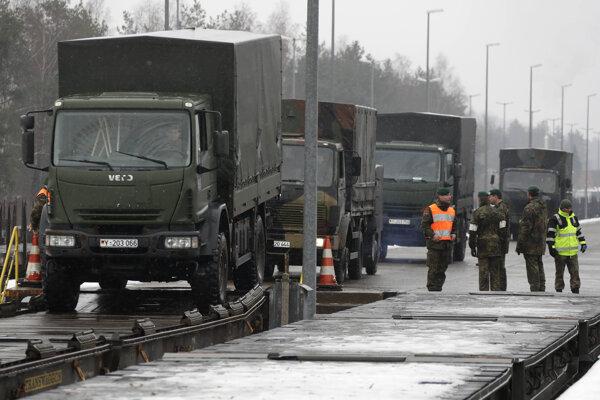 Nemeckí vojaci smerujú do Litvy.