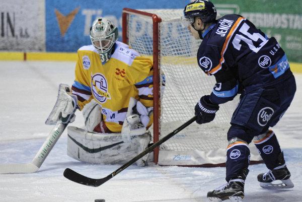 Zľava: Lars Volden z HK Dukla Trenčín a Richard Jenčík z HC Košice.