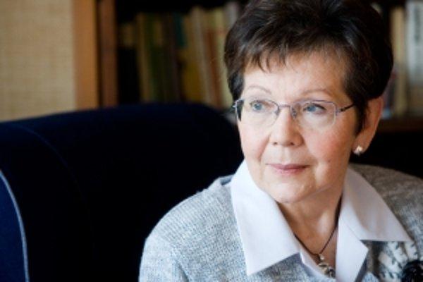 ALEXANDRA KRSKOVÁ  (1942) učila od promócie v roku 1965 na Právnickej fakulte Univerzity Komenského v Bratislave. Patrí k zakladateľom Právnickej fakulty Trnavskej univerzity, kde dodnes pôsobí ako profesorka. Venuje sa dejinám európskeho politického a pr