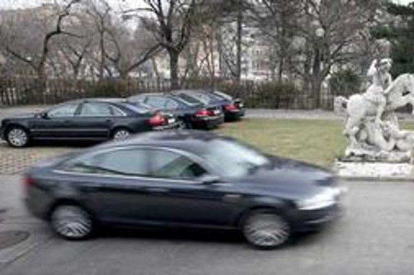 Vodiči vládnych limuzín dokážu vďaka šetrnej jazde zarobiť.