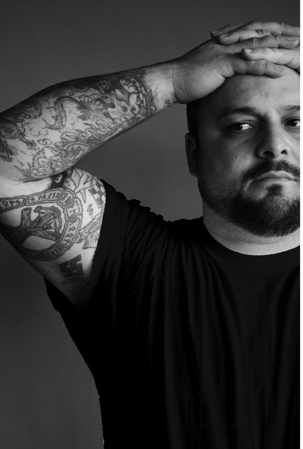 Christian Picciolini dnes. Ruky mu stále pokrývajú neonacistické tetovania.