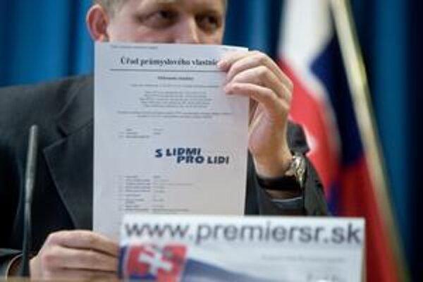 Bilbord Ivety Radičovej premiéra tak pobúril, že na Úrad vlády zvolal mimoriadnu tlačovku.