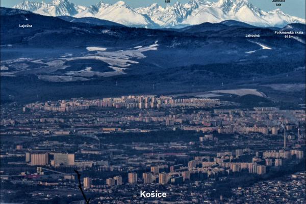 Košice pod Tatrami. Nafotíte ich z kopca Bradlo pri Skároši.