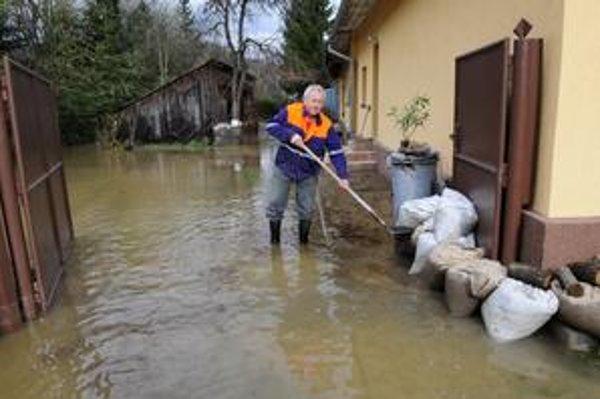 Hladiny riek už klesajú. Upokojila sa východoslovenská Bodva v Medzeve (vľavo) aj Žitava pri Zlatých Moravciach na juhu.