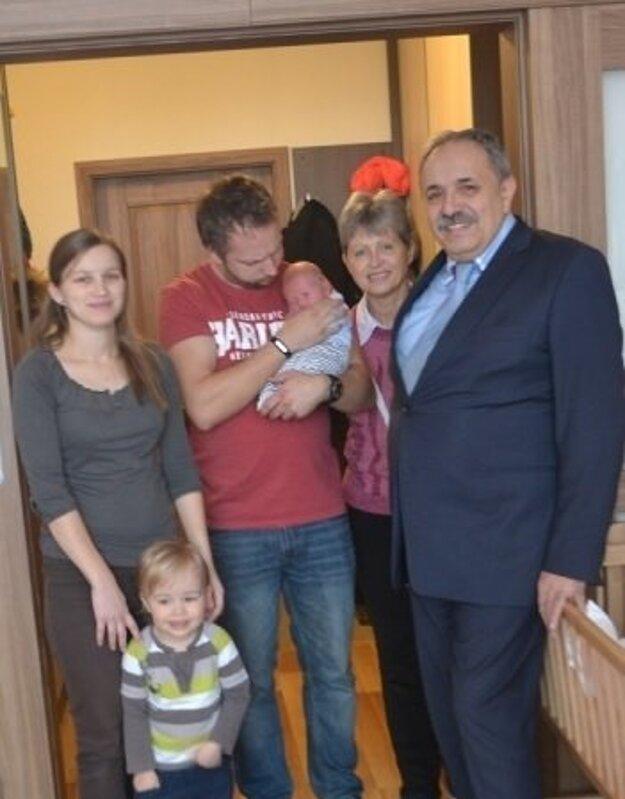 Rodinke prišiel zagratulovať aj Jozef Grapa (na snímke vpravo), primátor Krásna nad Kysucou.