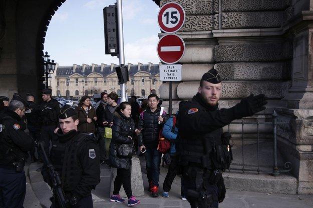 Návštevníci pod dohľadom polície opúšťajú múzeum.